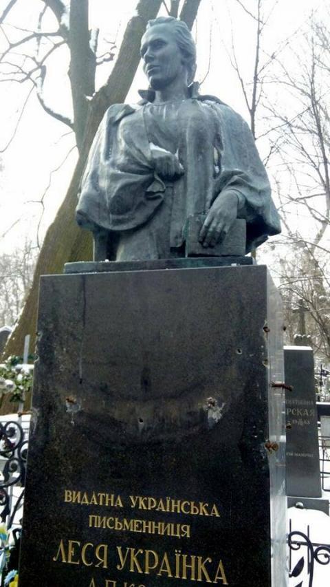 Із пам'ятника Лесі Українці знову вкрали бронзові гірлянди