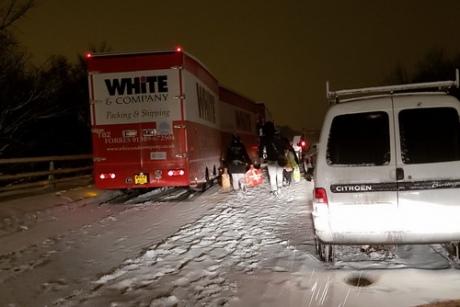 Сніговий хаос у Британії: сотні машин застрягли на ніч на дорогах
