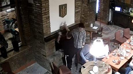 Україна видворила студента-поляка, який спалив український герб в каміні
