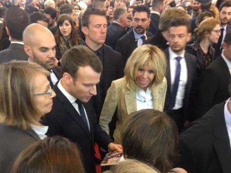 На ярмарку в Парижі Макрону передали книгу оповідань Сенцова