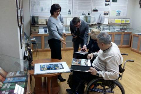 Як суди повинні приймати відвідувача з інвалідністю