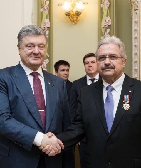 Президент вручив Хрест Івана Мазепи керівнику проекта «Діти Чорнобиля» організації «Global 2000» Кристофу Отто