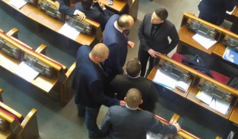 Савченко вивели з сесійної зали, джерела кажуть: через гранати в сумці