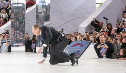 Лавров перечепився і впав, виходячи на сцену форуму в Росії