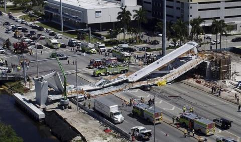 Через обвал пішохідного мосту в США постраждали десятки людей