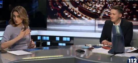 Савченко на ефірі вивернула сумку, щоб показати - зброї нема