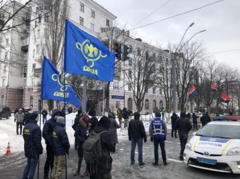 Під посольством РФ багато поліції й націоналісти