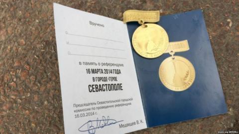 """Медалі """"за вибори"""" не доїхали до Севастополя через шторм"""