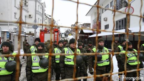 Біля консульства РФ запалили фаєри й кидали яйця