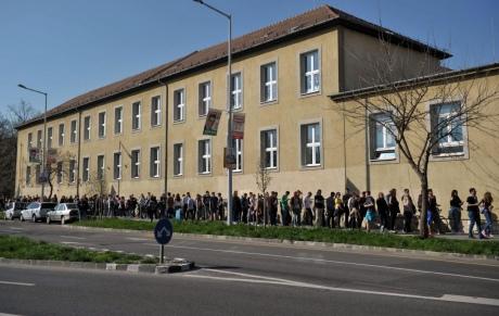 В Угорщині дозволять проголосувати всім, хто став у чергу до дільниць