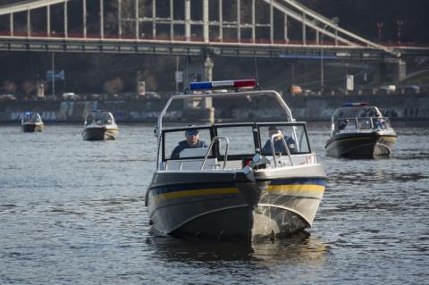 Ця техніка стане складовою впевненості кожного українця у надійності поліцейського захисту – Президент вручив сертифікати на водний та автотранспорт Нацполіції