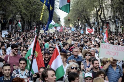 У Будапешті влаштували багатотисячну ходу проти Орбана