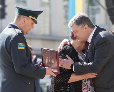 Президент вручив «Золоту Зірку» Героя України Євгена Пікуса його рідним