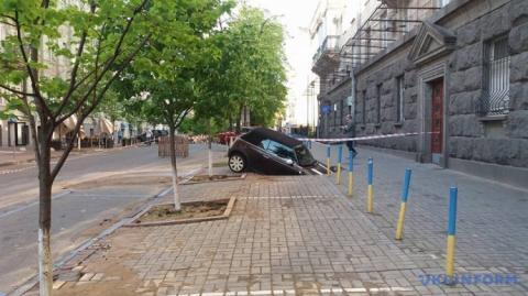 У центрі Києва кабріолет провалився під землю