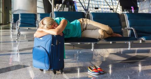В аеропортах заборонили сидіти на підлозі й кататися на скутерах