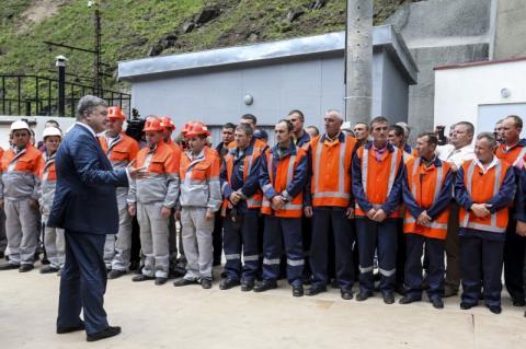 Відкриття Бескидського тунелю сприятиме розвитку краю та туризму – Президент поспілкувався з місцевими мешканцями