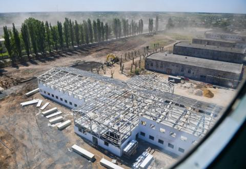 Президент ознайомився із ходом будівництва військового містечка на Одещині