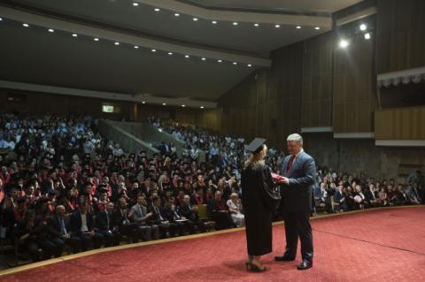Успіхи наших дипломатів не менш важливі, ніж успіхи наших воїнів на фронті – Президент випускникам Інституту міжнародних відносин