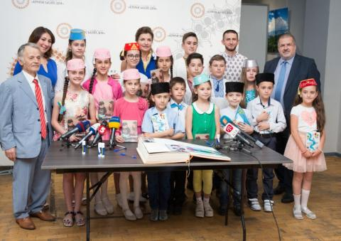 Марина Порошенко разом із дітьми-переселенцями з Криму заповнили нові сторінки національного проекту «Книга Миру»