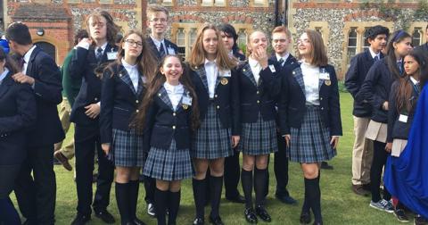 Англійських школярок змусили носити тільки штани