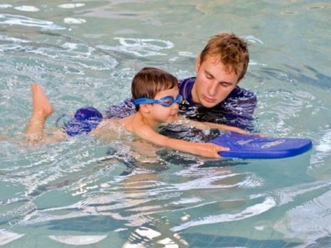 Как и почему нужно учить малыша плавать
