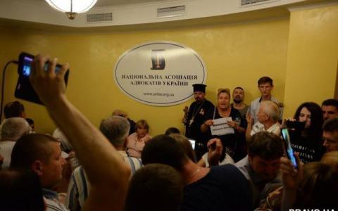 Офіс НААУ захопили активісти та зірвали засідання КДКА