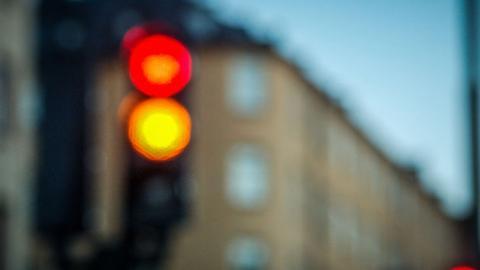 ВС визначив, за яких умов водій може їхати на жовтий сигнал світлофора