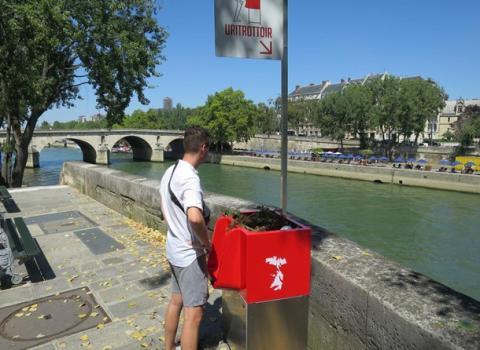 Відкриті пісуари на вулицях обурили парижан