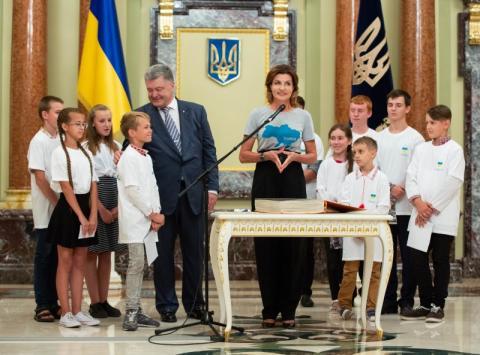 Любіть Україну, захищайте рідну землю, зростайте справжніми патріотами – Президент учасникам проекту «Книга Миру»