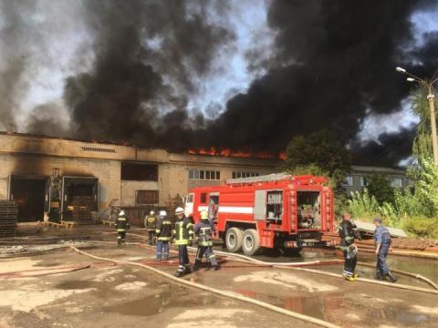 Масштабну пожежу на території картонного комбінату ліквідовано