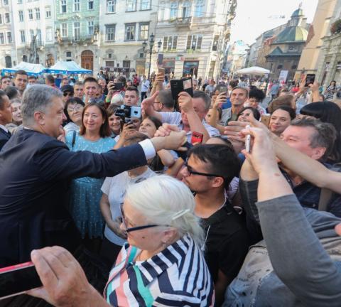Найбільша окраса Львова - привітні та доброзичливі люди - Президент поспілкувався з львів'янами та прогулявся містом