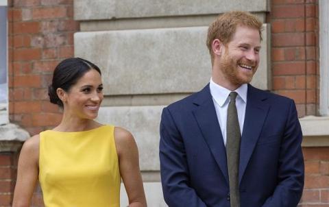 """Стягнув пиріжок і пішов цілуватися: принц Гаррі """"зганьбився"""" на очах у Меган Маркл (відео)"""