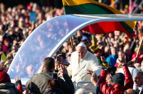 На богослужіння Папи Римського у Каунасі зібрались понад 100 тисяч людей