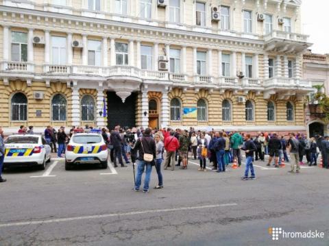 Одеса: під будівлею обласної поліції вимагають відставки її керівництва