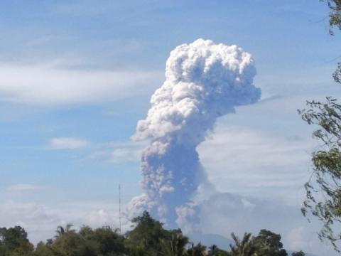 В Індонезії після руйнівного землетрусу почалося виверження вулкану