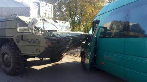У ДТП за участю БТР і маршрутки постраждали 3 людини