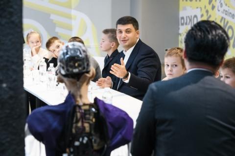 Привабливий чоловік і гарна країна: Гройсман та Україна справили враження на робота Софію