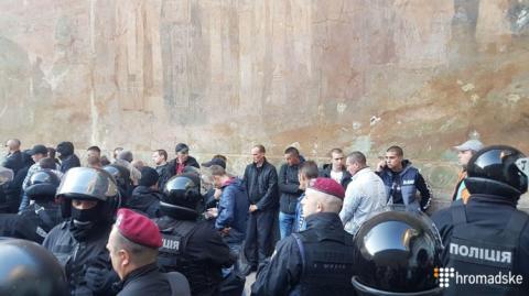 Сотню молодиків з-під Лаври доставили до поліції для бесіди