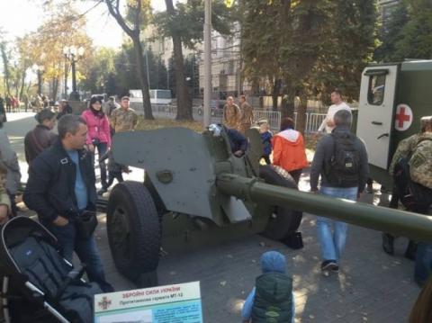 У Дніпрі в День захисника України провели марш і показали бойову техніку