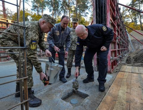 Турчинов заклав капсулу у фундамент нового розвідувального центру