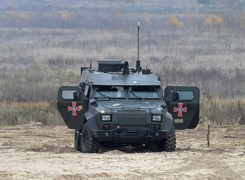 Українські військові випробували новий бронеавтомобіль «Барс»