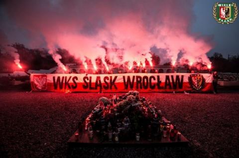 Польські ультрас проникли на Цвинтар орлят у Львові і запалили фаєри