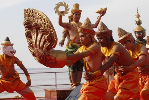 У Камбоджі побудували найбільший човен-дракон у світі