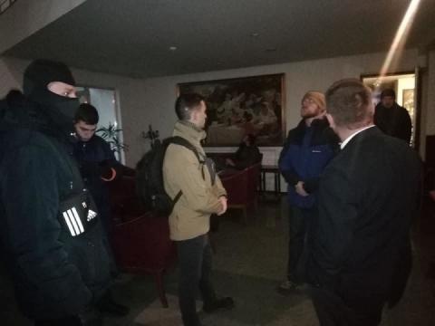 У Дніпрі активісти заблокували готель, в якому знайшли портрети Сталіна і Леніна