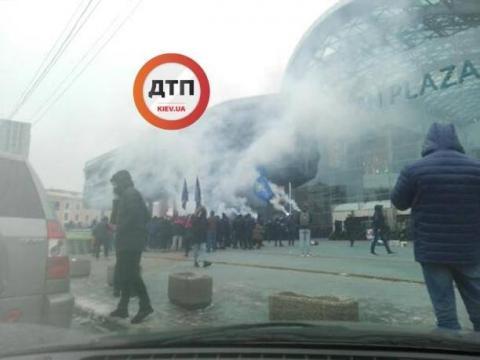 """Націоналісти заблокували ТЦ """"Ocean Plaza"""": палять фаєри, готують шини"""