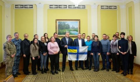 Порошенко зустрівся з рідними, полонених Росією, українських моряків