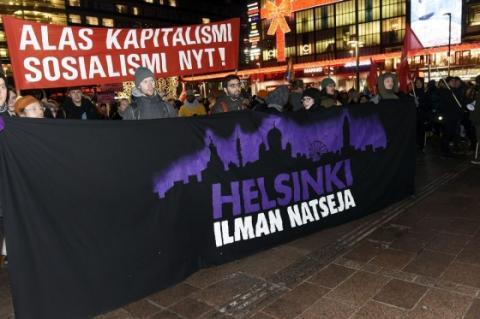 Протести у Фінляндії: поліція вилучила прапори зі свастикою, є затримані