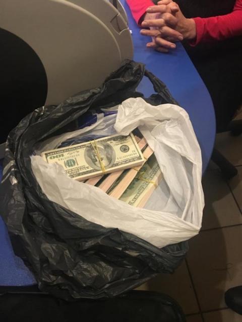 """Представника """"Дунайського пароплавства"""" зі спільником зловили на хабарі у $100 тисяч"""