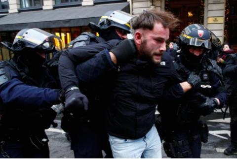 У Парижі поліція застосувала газ проти демонстрантів, кількість затриманих зростає