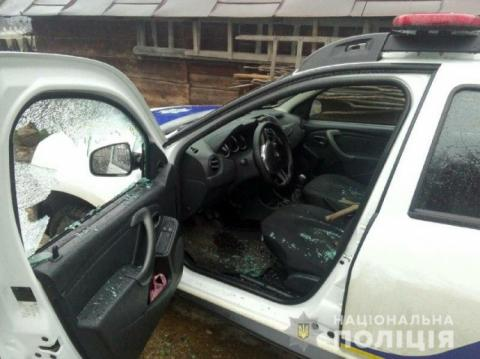 На Прикарпатті чоловік кинув у поліцейських сокиру й відбирав зброю